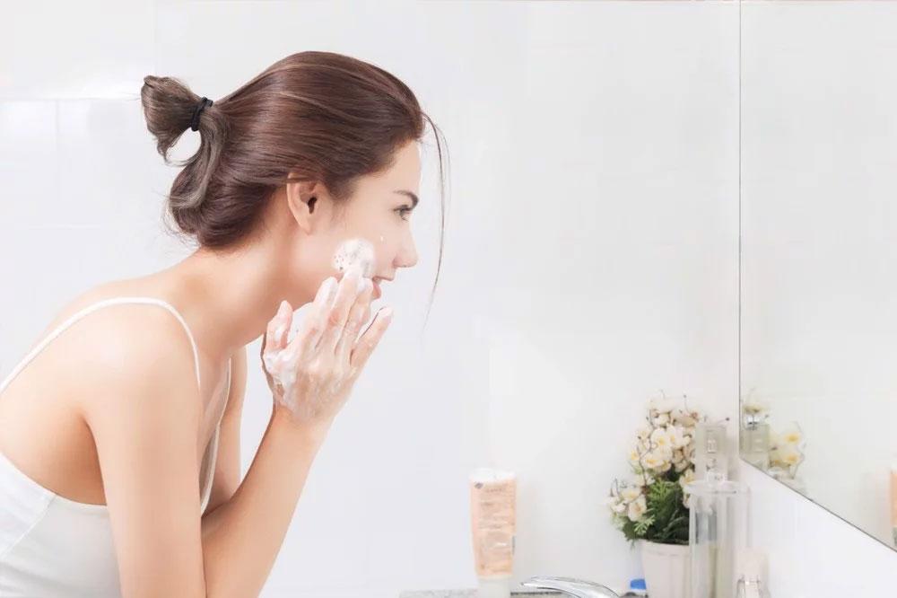 Trước khi thoa kem chống nắng cần làm sạch da